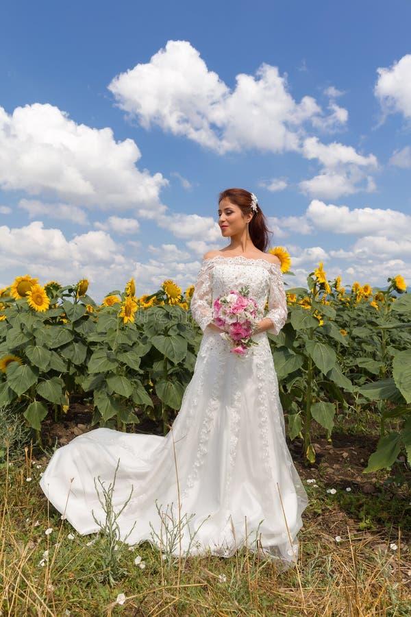 Cielo blu per una sposa fotografia stock libera da diritti