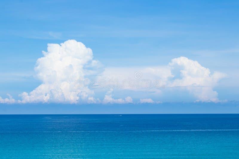 Cielo blu perfetto con le nuvole ed acqua dell'oceano di mattina fotografia stock libera da diritti