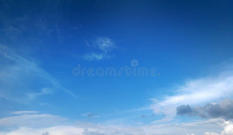Cielo blu profondo di estate con le nuvole bianche facili fotografie stock