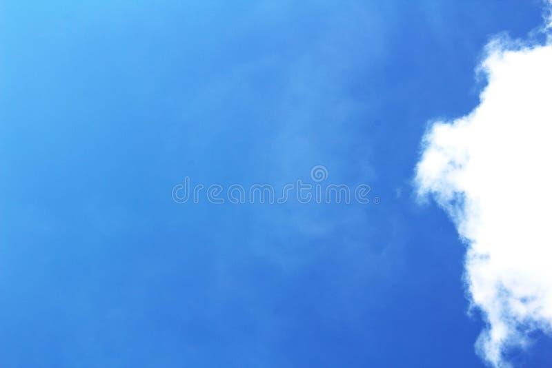Cielo blu profondo e chiaro con le nuvole lanuginose bianche fotografia stock libera da diritti