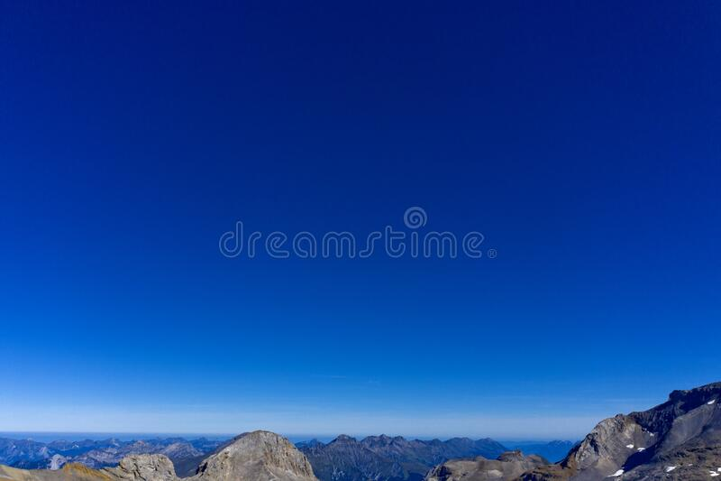 Cielo blu profondo sopra i picchi delle Alpi Bernese immagine stock libera da diritti