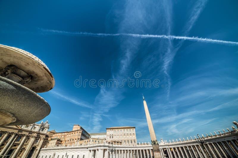 Cielo blu sopra il quadrato di fama mondiale del ` s di St Peter fotografie stock libere da diritti