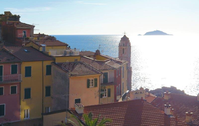 Cielo blu sopra piccola vista sul mare variopinta e bella in villaggio Tellaro in Liguria, Italia del nord fotografie stock
