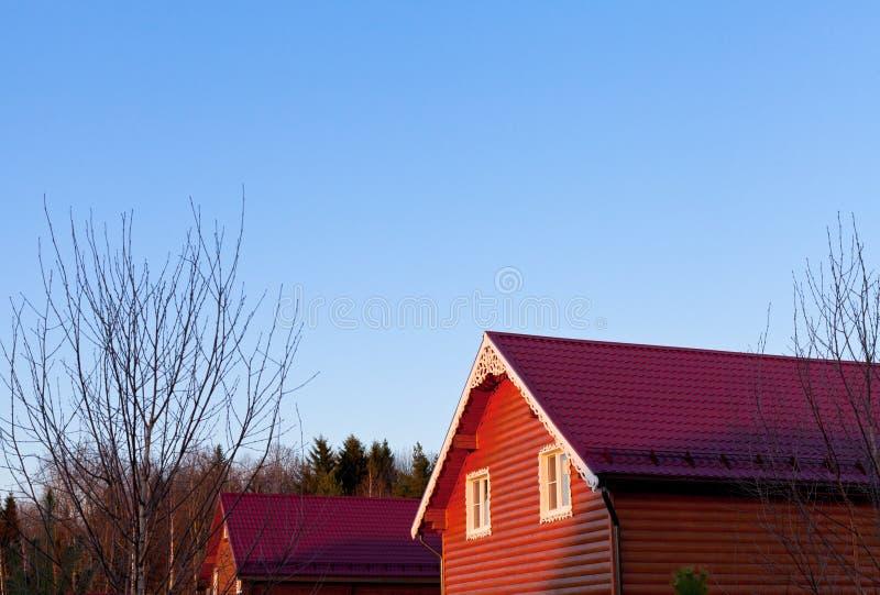 Cielo blu sotto i tetti di mattonelle rosse immagine stock