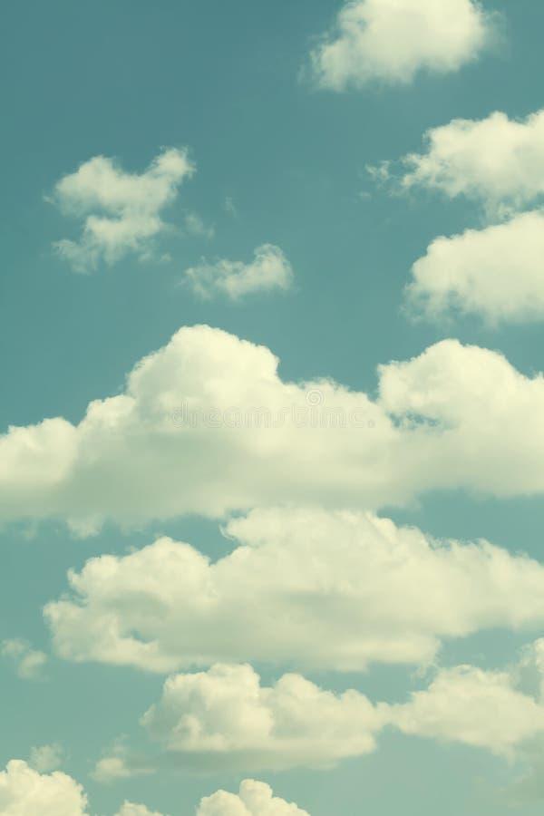 Cielo blu, tempo nuvoloso o Nuvole differenti di bianco di dimensione I colori caldi hanno tonificato la fotografia di effetto fotografie stock