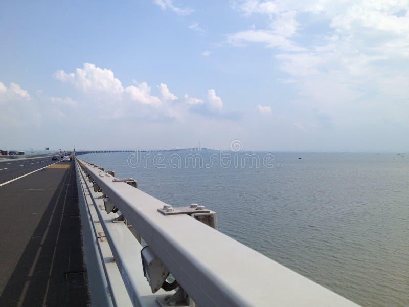 Cielo blu trasversale del ponte del mare immagine stock libera da diritti