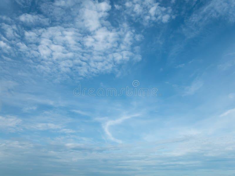 Cielo brillante con las nubes blancas en la libertad extensa fotografía de archivo