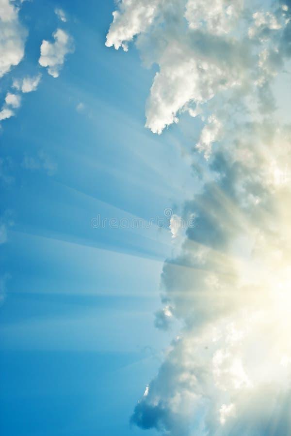 Cielo brillantemente azul con los rayos de sol imagen de archivo libre de regalías