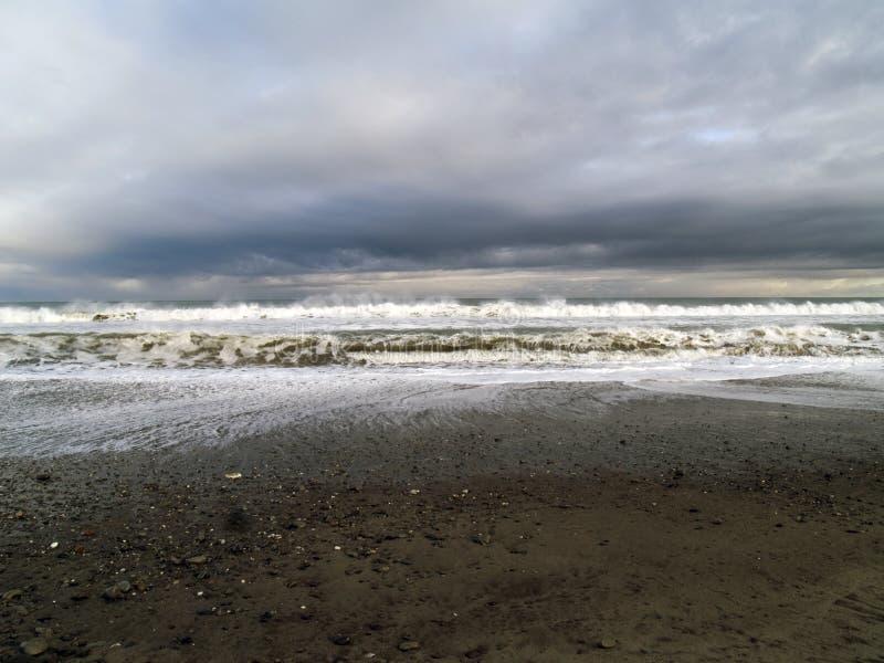 Cielo cambiante sobre la costa costa del océano foto de archivo libre de regalías