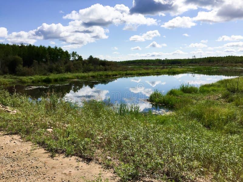 Cielo che riflette su un fiume in Saskatchewan del Nord immagine stock