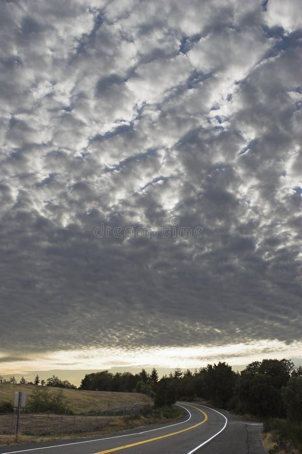 Cielo Checkered sobre el camino fotografía de archivo