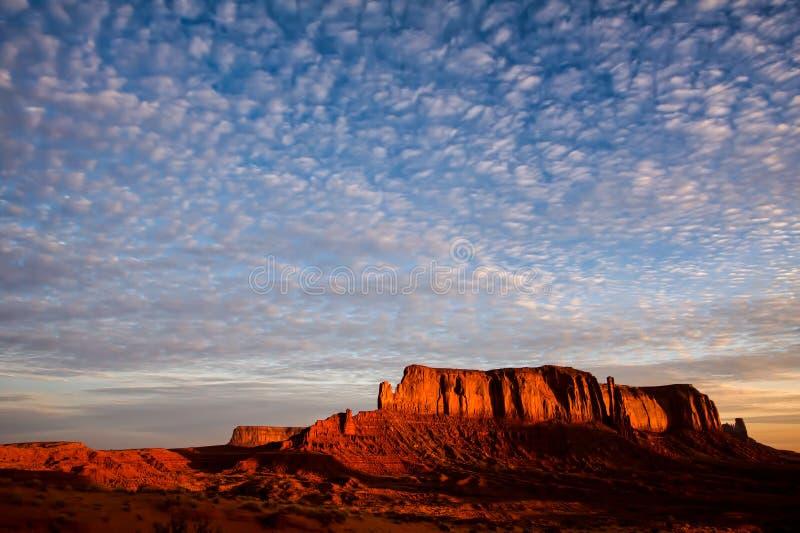 Cielo chiazzato sopra la roccia dell'elefante immagine stock