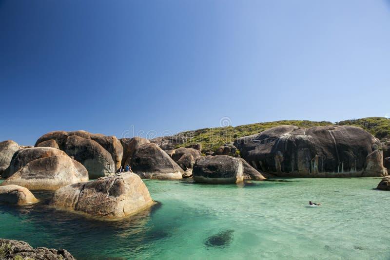 Cielo claro, agua azul y rocas en Albany Australia occidental imagen de archivo
