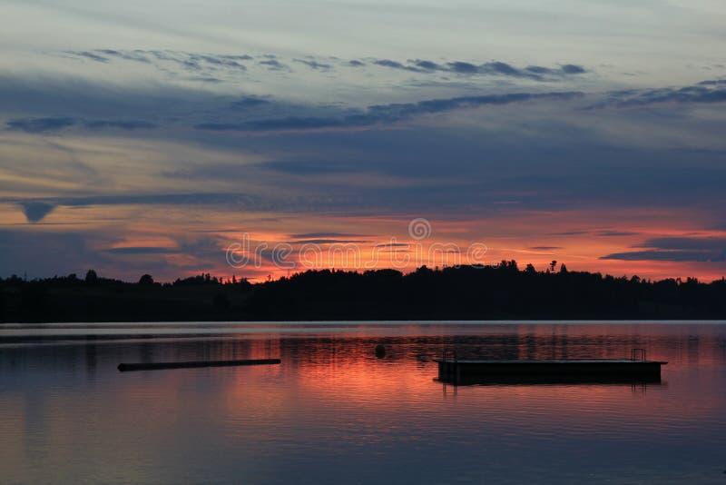 Cielo colorido de la tarde sobre el lago Pfaeffikersee fotografía de archivo