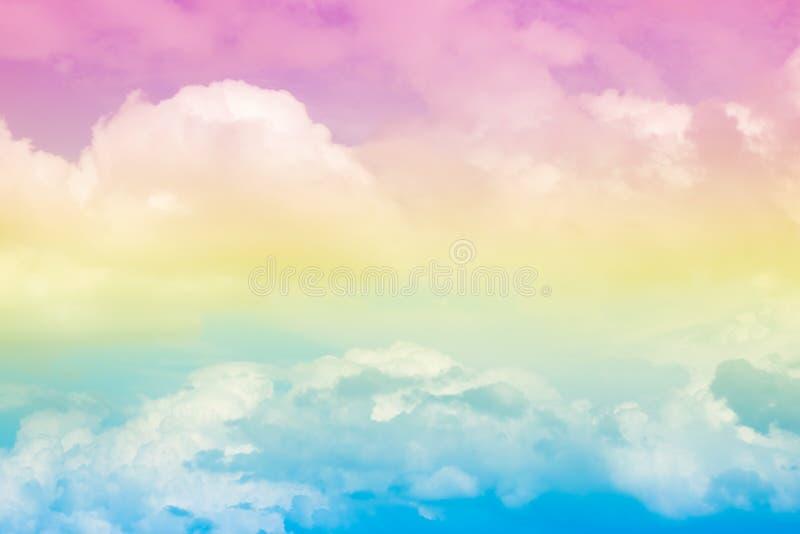 Cielo colorido en colores pastel suave artístico abstracto de la nube para el fondo imagenes de archivo