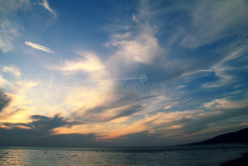 Cielo colorido en una disminución con las nubes monstruosas fotografía de archivo
