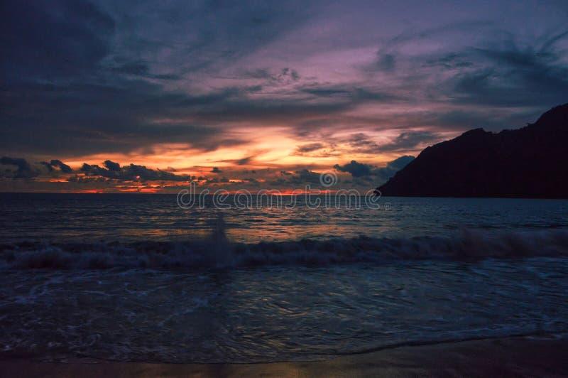 Cielo colorido por oscuridad en Lampuuk, Indonesia imagenes de archivo