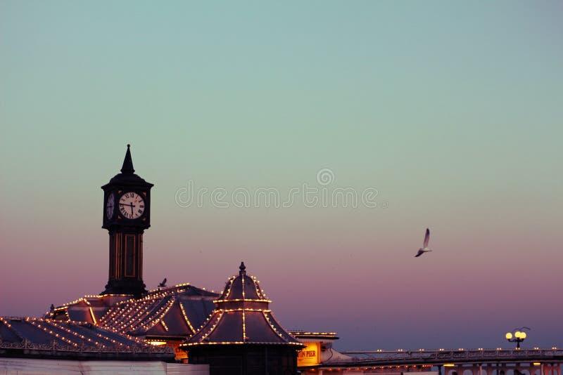 Cielo colorido sobre Brighton Pier fotos de archivo