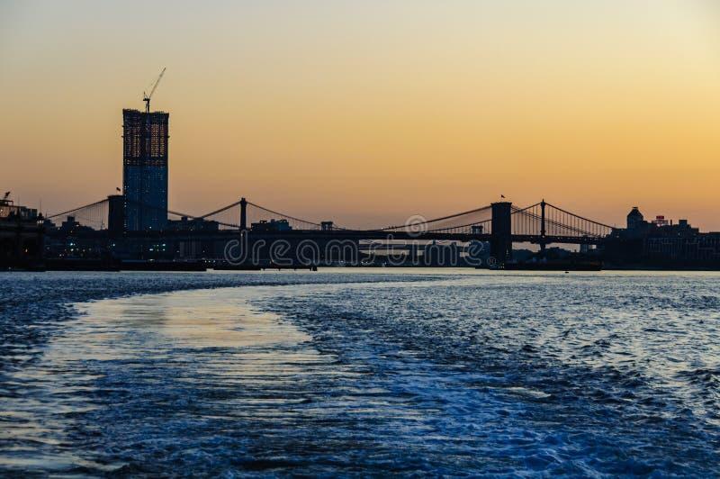 Cielo colorido sobre el puente de Brooklyn, Nueva York, los E.E.U.U. fotos de archivo