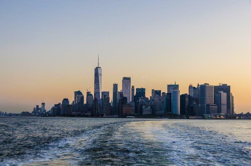 Cielo colorido sobre Manhattan en Nueva York, los E.E.U.U. imagenes de archivo