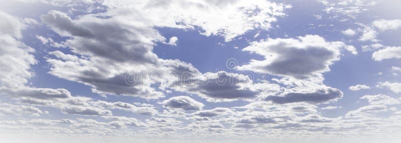 cielo con el cúmulo mullido de las nubes fotos de archivo