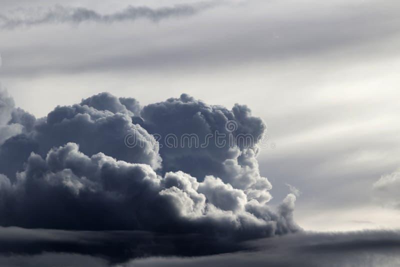 Cielo con el lado de Gray Stormy Cumulus Clouds From foto de archivo