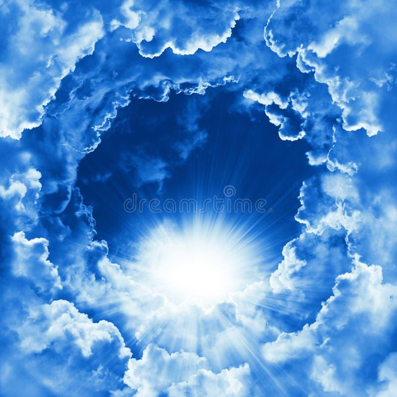 Cielo con la bei nuvola e sole Sfondo naturale pacifico del cielo nuvoloso Giorno pieno di sole Fondo celeste di religione fotografie stock libere da diritti