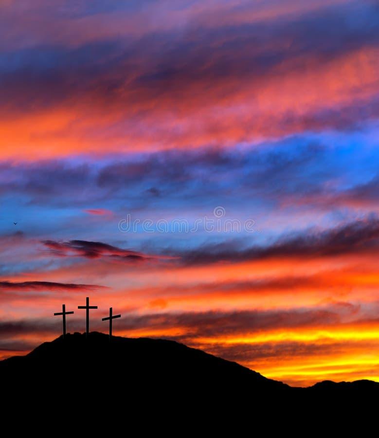 Cielo con las cruces, cristiano de la puesta del sol de Pascua imagen de archivo