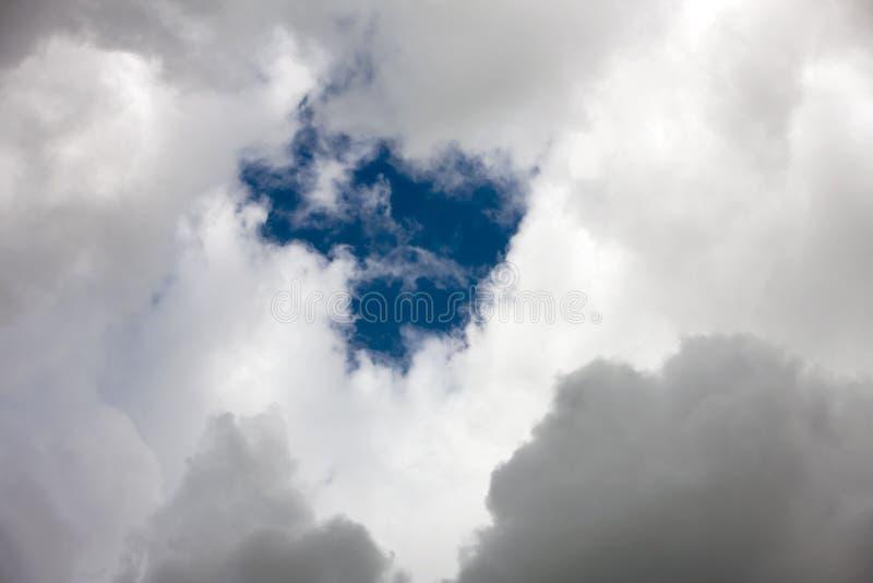 Cielo con las nubes de cúmulo oscuras foto de archivo libre de regalías