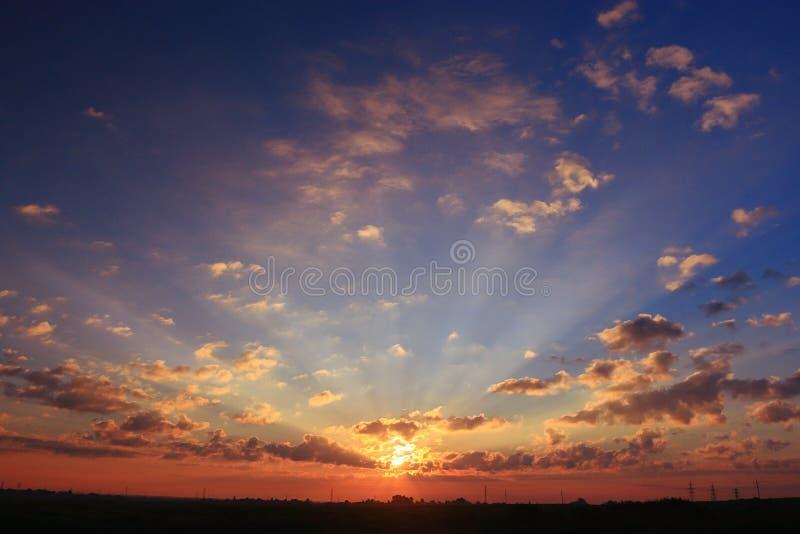 cielo con las nubes de la puesta del sol fotos de archivo