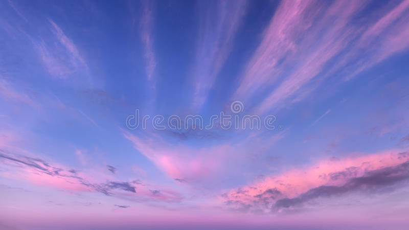 Cielo con las nubes hermosas en la salida del sol fotos de archivo libres de regalías