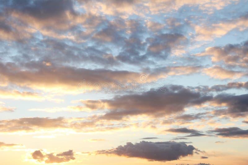 Cielo con las nubes iluminadas en la puesta del sol foto de archivo