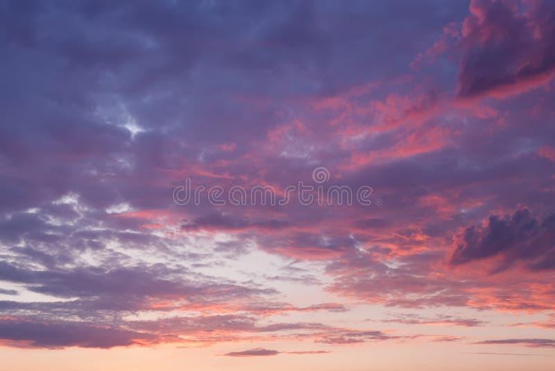 Cielo con las nubes púrpuras en la puesta del sol fotografía de archivo libre de regalías