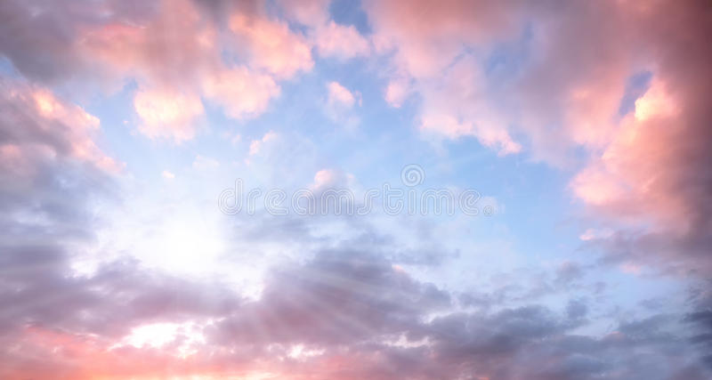 Cielo con las nubes rosadas hermosas y la sol brillante foto de archivo