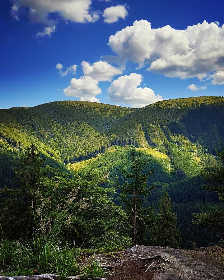 Cielo con las nubes sobre las montañas fotografía de archivo libre de regalías