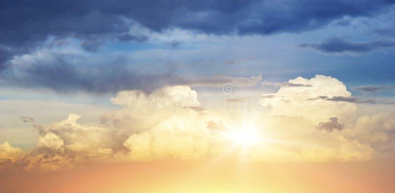 Cielo con las nubes y el sol fotografía de archivo