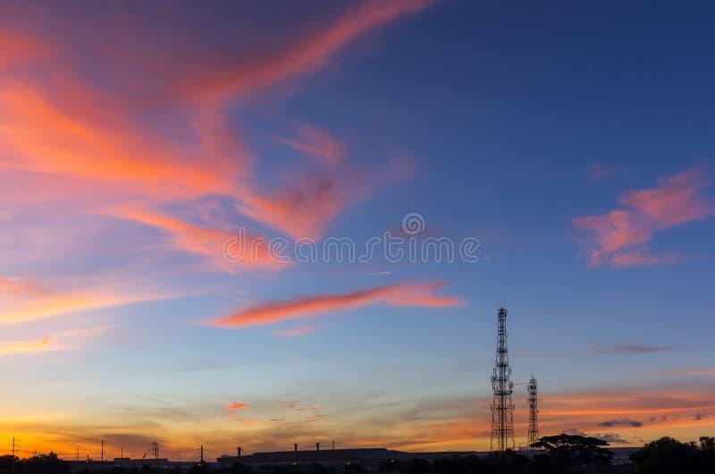 Cielo con las siluetas de la antena de radio imagen de archivo libre de regalías