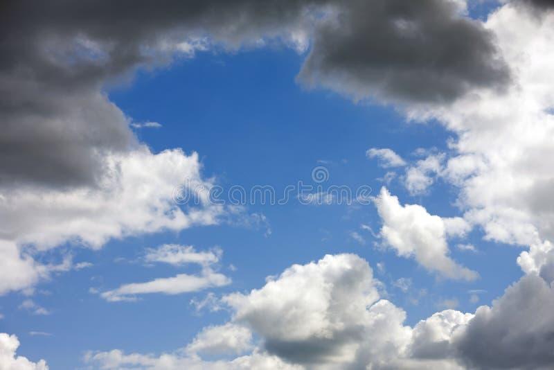 Cielo con le nubi di cumulo scure immagine stock libera da diritti