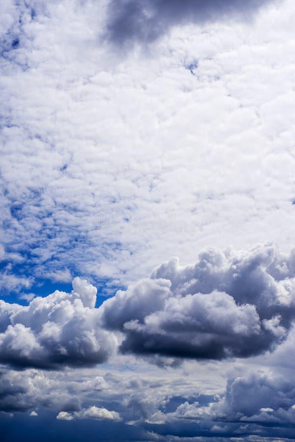 Cielo con le nubi di tempesta immagini stock