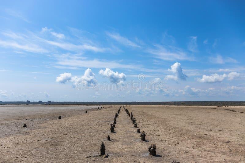 Cielo con le nuvole e la terra fotografia stock libera da diritti