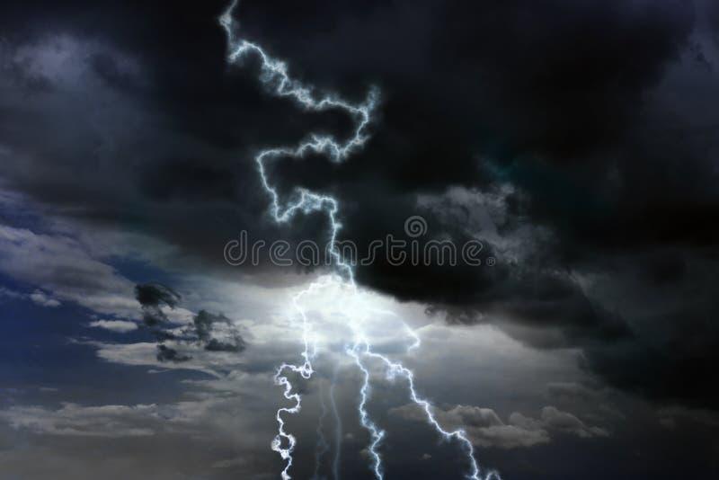 Cielo con le nuvole ed i fulmini piovosi pesanti fotografie stock libere da diritti