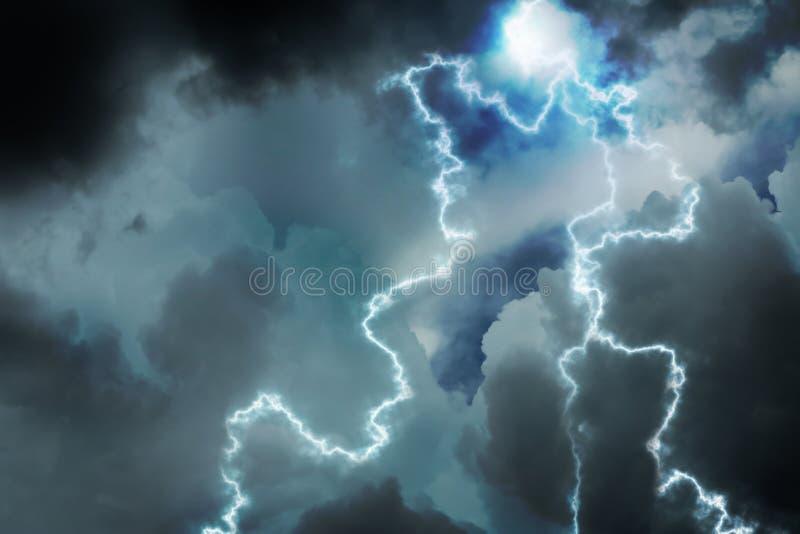 Cielo con le nuvole ed i fulmini piovosi pesanti fotografia stock libera da diritti