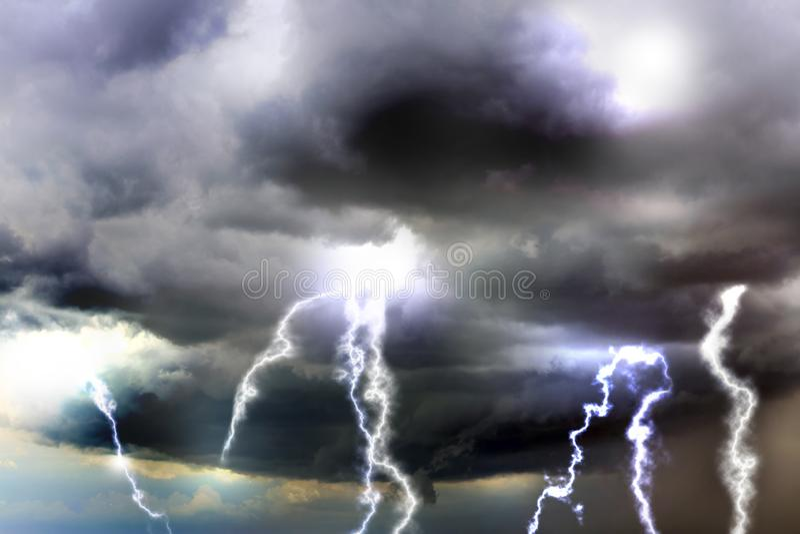 Cielo con le nuvole ed i fulmini piovosi pesanti fotografie stock