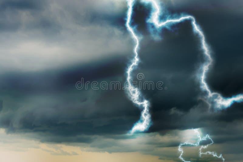 Cielo con le nuvole ed i fulmini piovosi pesanti fotografia stock