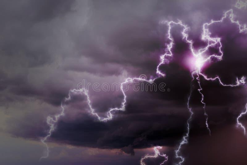 Cielo con le nuvole ed i fulmini piovosi pesanti immagine stock