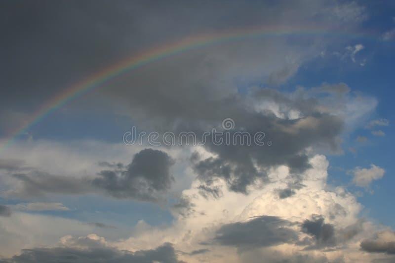 Cielo con un Rainbow immagine stock