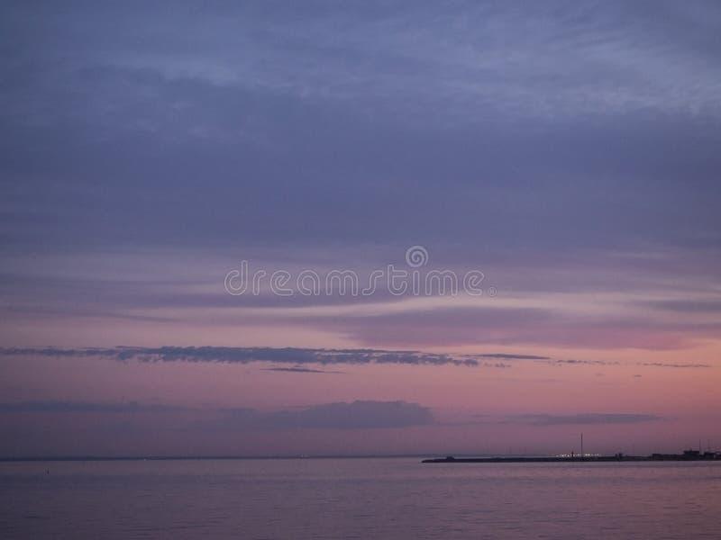 Cielo crepuscolare al tramonto variopinto ed alla riflessione blu e rosa nell'acqua del fiume Paesaggio panoramico sul crepuscolo fotografie stock