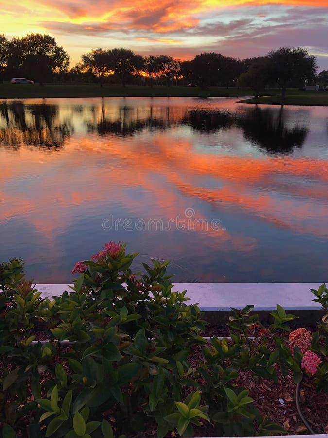 Cielo crepuscolare sopra acqua immagini stock