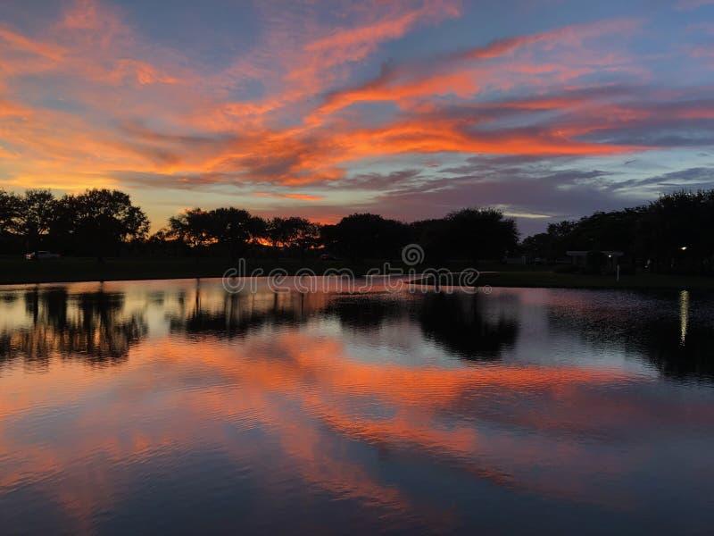 Cielo crepuscolare sopra acqua fotografie stock libere da diritti