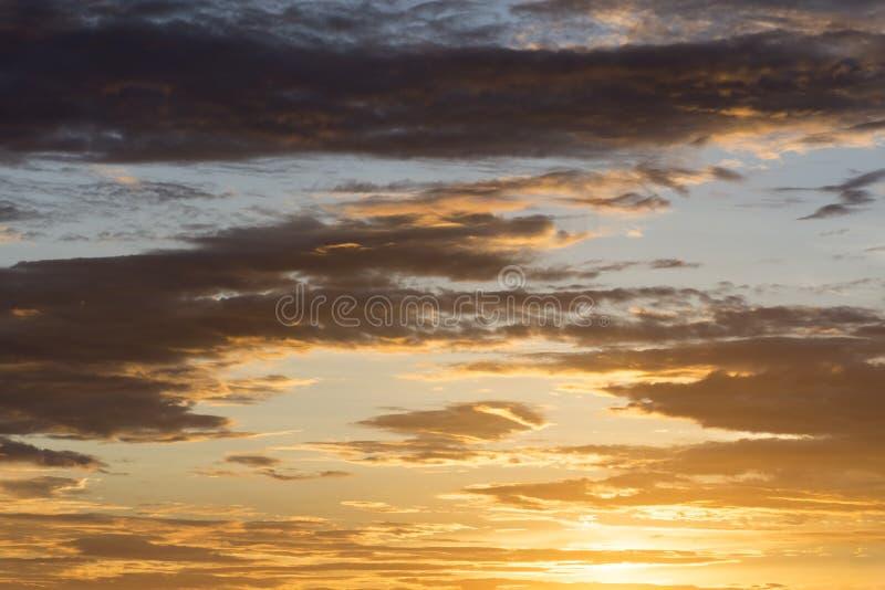 Cielo crepuscular de oro del amanecer antes de la puesta del sol, fondo del cielo, concepto de la naturaleza foto de archivo libre de regalías
